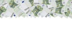 Honderd de euro achtergrond van de bankbiljettextuur De helft van de achtergrond wordt gevuld met geldrekeningen van 100 euro De  stock fotografie