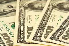 Honderd dollar bankbiljetten het liggen halve cirkel Stock Foto