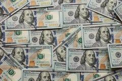 Honderd dollar bankbiljetten nieuwe 2013 uitgave als achtergrond stock foto's