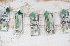 Honderd-dollar rekeningen die op kabel hangen Stock Fotografie