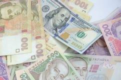 Honderd dollarrekening op de achtergrond van Oekraïense hryvnia Royalty-vrije Stock Afbeeldingen