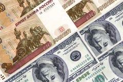 100 honderd dollars аnd 100 honderd roebels Royalty-vrije Stock Foto's