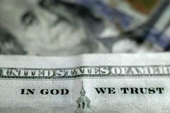 Honderd Dollars factureert het Amerikaanse Geld van Verenigde Staten in God die wij hebben vertrouwd op stock fotografie