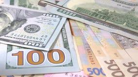 Honderd dollars Opsporing van vervalst geld met behulp van een magneet stock video