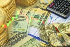 Honderd dollarsbankbiljet met muntstukken en voorraadgrafiek Royalty-vrije Stock Afbeelding