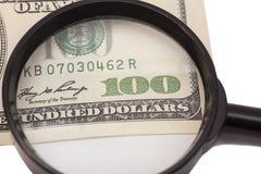 Honderd dollarsbankbiljet onder vergrootglas Royalty-vrije Stock Foto's