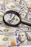 Honderd dollarsbankbiljetten onder vergrootglas Stock Fotografie