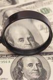 Honderd dollarsbankbiljetten onder vergrootglas Royalty-vrije Stock Afbeeldingen