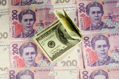Honderd dollarsbankbiljetten op de achtergrond van Oekraïense hry Stock Foto's