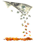 Honderd dollarsrekening die in de herfstbladeren omzet Royalty-vrije Stock Fotografie