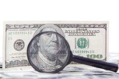 Honderd dollarsrekening en vergrootglas Stock Foto's