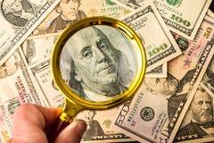 Honderd dollarsrekening onder een vergrootglas Royalty-vrije Stock Afbeelding