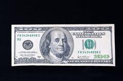 Honderd dollarsrekening op zwarte Royalty-vrije Stock Foto's