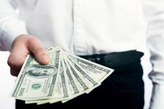 Honderd dollarsrekeningen in de handen Stock Afbeelding