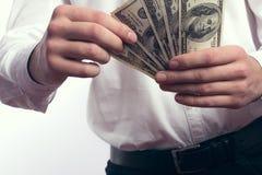 Honderd dollarsrekeningen in de handen Stock Afbeeldingen