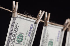 Honderd Dollarsrekeningen die van Drooglijn op Donkere Achtergrond hangen Stock Afbeelding