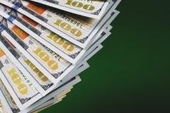 Honderd dollarsrekeningen op groene achtergrond royalty-vrije stock foto's