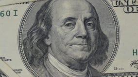 Honderd dollarsrekeningen Portret van Benjamin Franklin-close-up Macrofotografie van bankbiljetten De schuif van de motiecamera stock videobeelden