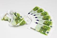 Honderd euro die bankbiljetten uit op witte achtergrond worden gewaaid stock afbeeldingen