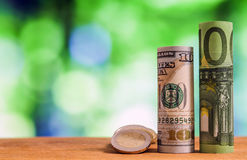 Honderd euro en honderd Amerikaanse dollar gerold rekeningenbankbiljet Stock Foto
