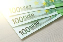 Honderd Euro met Één Nota 100 euro Stock Afbeeldingen