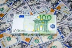 Honderd euro op de Amerikaanse achtergrond van het dollarsgeld Royalty-vrije Stock Foto