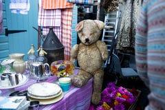 Honderd jaar oude en droevige teddybeer Stock Foto's