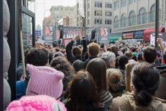 Honderden activisten tijdens Vrouwen ` s Maart Royalty-vrije Stock Afbeeldingen