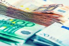 Honderden euro die bankbiljetten door waarde worden gestapeld Stock Foto's