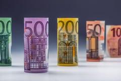 Honderden euro die bankbiljetten door waarde worden gestapeld Euro geldconcept Broodjes Euro bankbiljetten Euro munt Stock Afbeeldingen