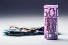 Honderden euro die bankbiljetten door waarde worden gestapeld Euro geldconcept Broodjes Euro bankbiljetten Euro munt Stock Fotografie