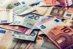 Honderden euro die bankbiljetten door waarde worden gestapeld Euro geldconcept Euro nota's met bezinning Euro geld Euro munt Gest Stock Afbeeldingen
