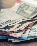 Honderden euro die bankbiljetten door waarde worden gestapeld Euro geldconcept Euro nota's met bezinning Euro geld Euro munt Gest Royalty-vrije Stock Afbeelding