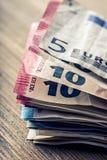 Honderden euro die bankbiljetten door waarde worden gestapeld Euro geldconcept Euro nota's met bezinning Euro geld Euro munt Gest Royalty-vrije Stock Afbeeldingen