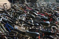 Honderden fietsen op stoep stock fotografie