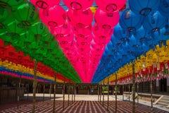 Honderden lantaarns die uit de Boeddhistische tempel hangen Royalty-vrije Stock Afbeeldingen
