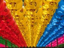 Honderden lantaarns die uit de Boeddhistische tempel in Zuiden hangen Stock Afbeelding