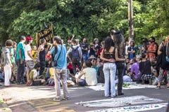 Honderden mensen protesteren voor het openen van Augusta Park stock foto's