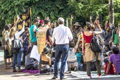 Honderden mensen protesteren voor het openen van Augusta Park royalty-vrije stock foto