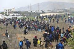 Honderden migranten en vluchtelingen buiten een vluchtelingskamp worden verzameld in Diavata die royalty-vrije stock afbeelding