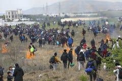 Honderden migranten en vluchtelingen buiten een vluchtelingskamp worden verzameld in Diavata die royalty-vrije stock fotografie