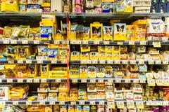 Hondevoerproducten voor Verkoop op Dierlijke Supermarktplank Stock Afbeelding