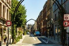 Hondleur, Frankrijk - 2019 Op de straten van een middeleeuwse stad Honfleur Favoriete plaats voor gangen van lokale ingezetenen e stock afbeelding