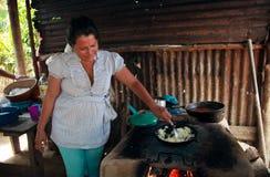 Honduranische Frau, die im ländlichen Dorf kocht Stockbilder
