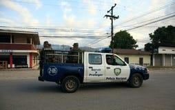 Honduransk nationell polis på patrull Arkivbild