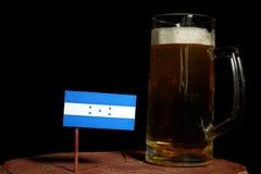 Honduras flaga z piwnym kubkiem na czerni Fotografia Stock