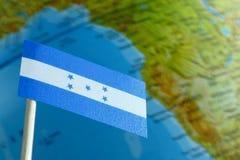Honduras flagga med en jordklotöversikt som en bakgrund Royaltyfria Bilder