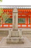 Honen no monumento de pedra & no x28; 1204& x29; em Sanjusangen-faz o templo de Kyoto Fotografia de Stock