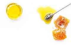 Honey Background El cazo y el panal de la miel en la opinión superior del fondo blanco copian el espacio Imágenes de archivo libres de regalías