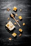 Honey Background Pente natural do mel e uma colher de madeira Fotografia de Stock Royalty Free
